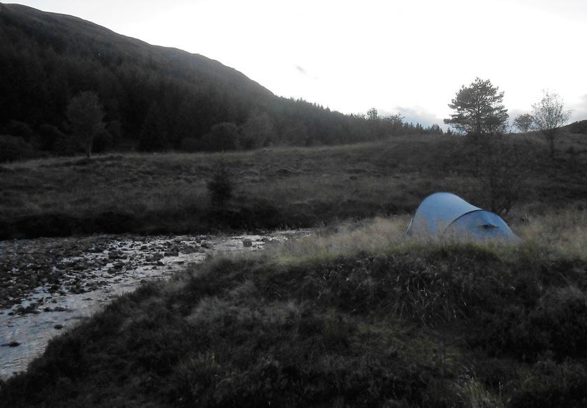 Een tent naast het water.