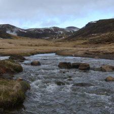 De warmwaterrivier van Reykjadalur