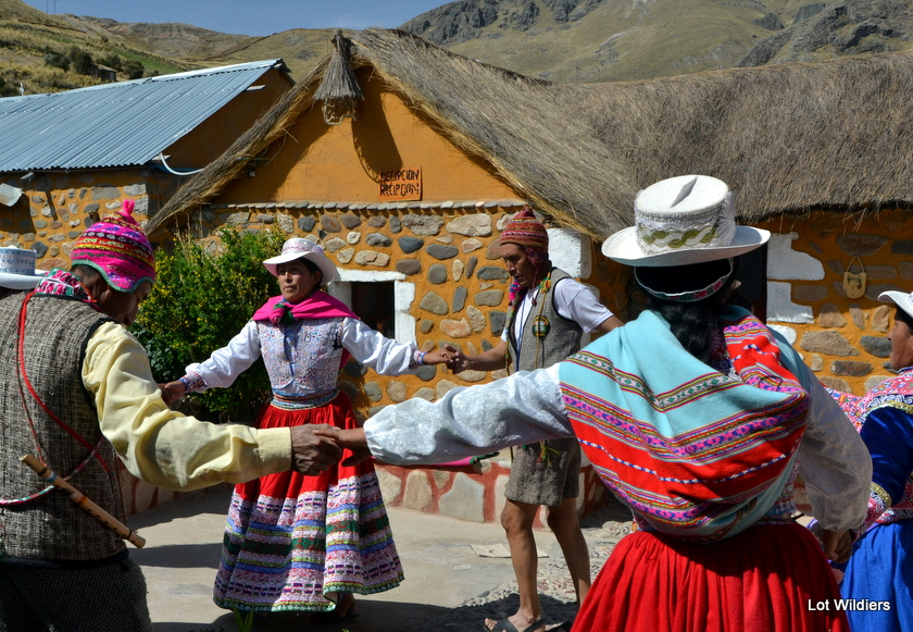 Vrouwen dansen in Sibayo, als welkom voor ons, toeristen.