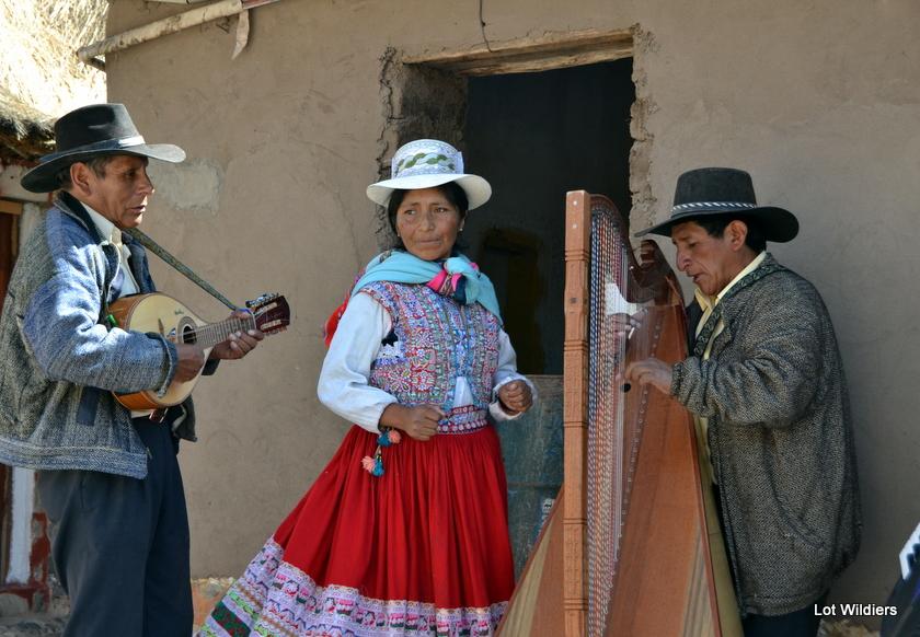 Een vrouw zingt en danst in Sibayo.